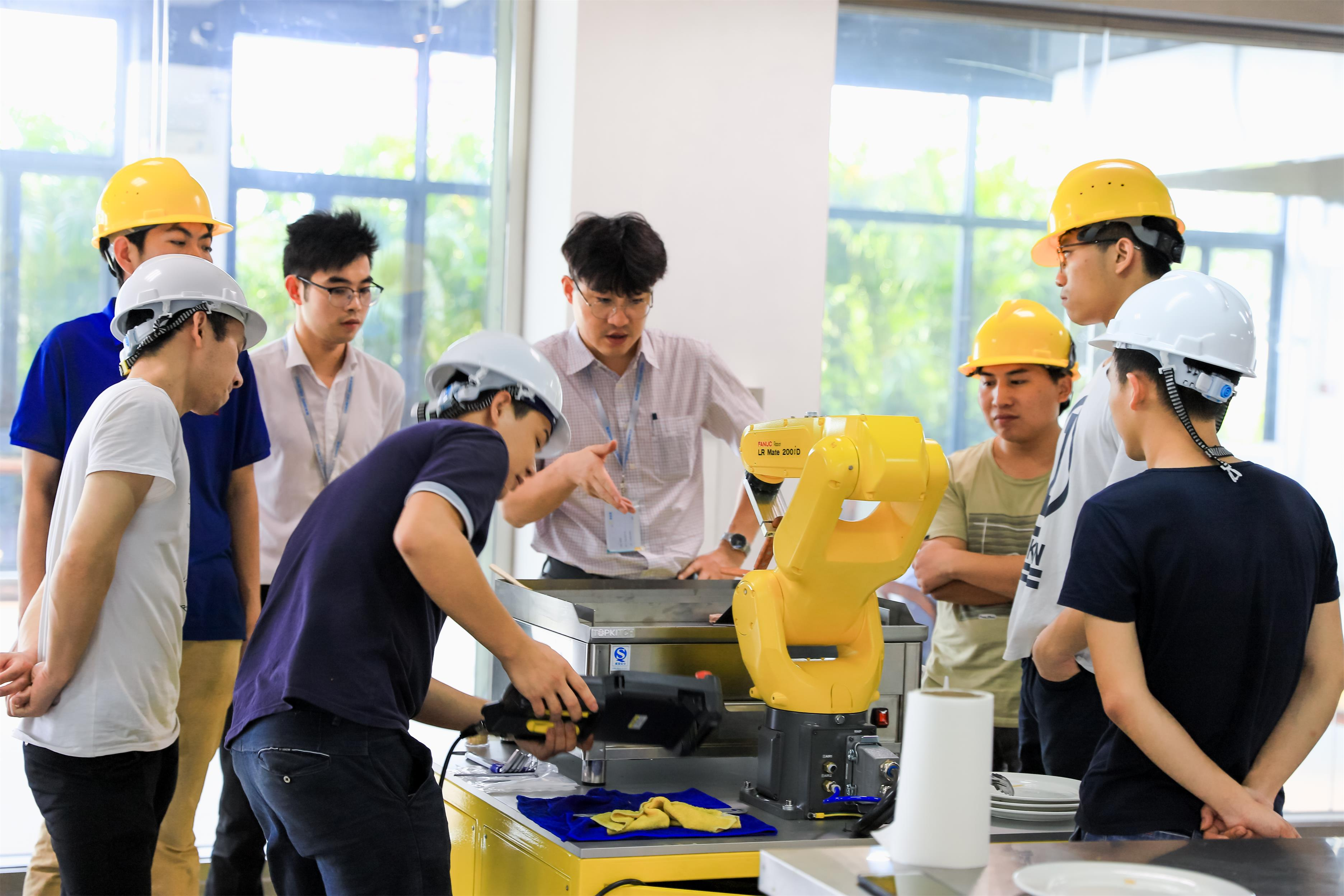 博智林机器人研究人员.jpg